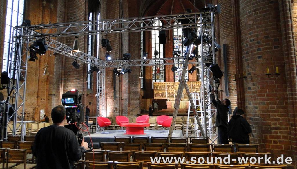 Aufbau für TACHELES - Talk am roten Tisch - Marktkirche Hannover - 19.11.2013