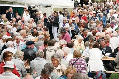 1700 Ehrenamtliche als Gäste beim Sommerfest des DRK - Region Hannover - im Saupark Springe
